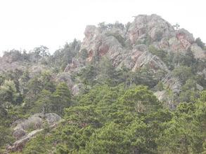 Photo: Paysage apocalyptique de roches déchiquetées