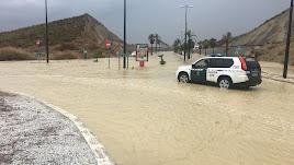 Aspecto de la avenida El Salar tras unas lluvias recientes.