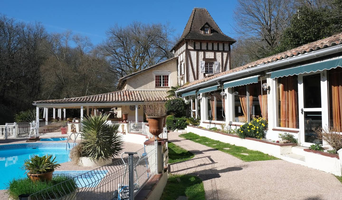Atypical property with terrace and pool Lévignac