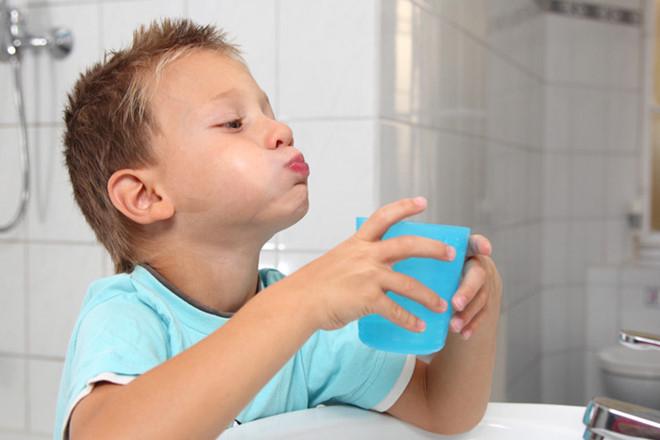 Sử dụng nước súc miệng cho trẻ để bảo vệ răng miệng
