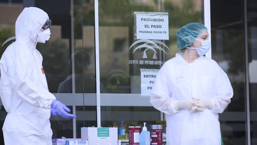 Sanitarios toman muestras para los test del coronavirus en la Bola Azul de Almería.