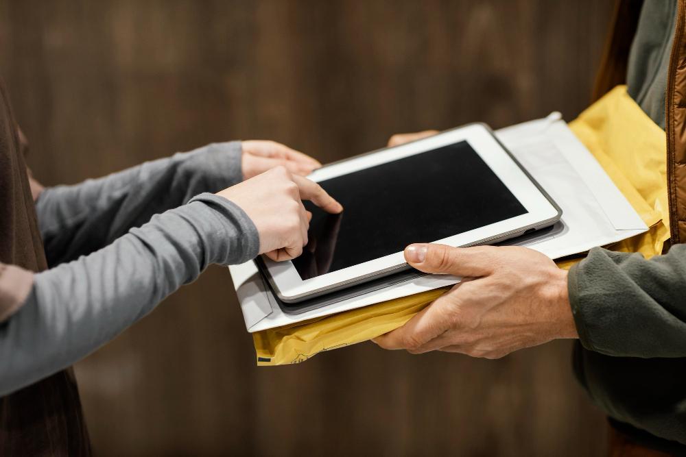 Homem com laptop no coloDescrição gerada automaticamente com confiança média