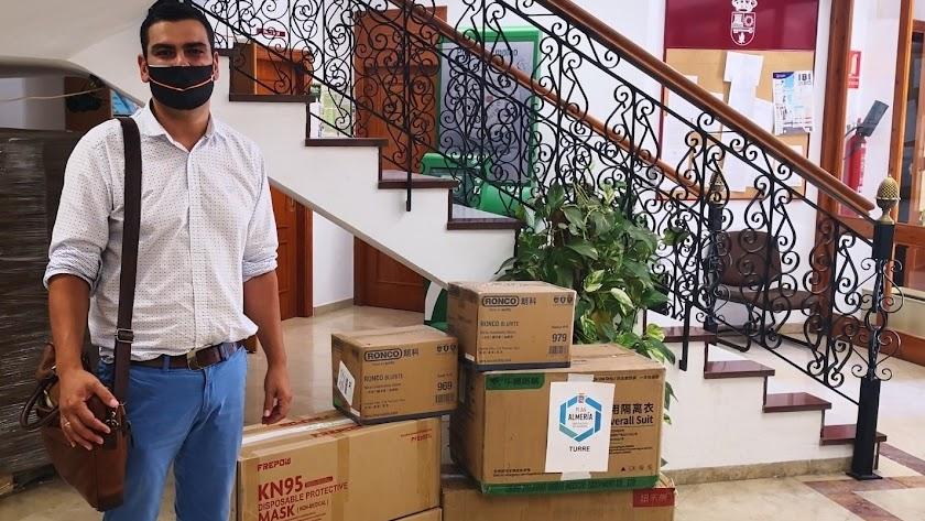 El alcalde de Turre, Martín Morales, junto a varios paquetes de mascarillas.