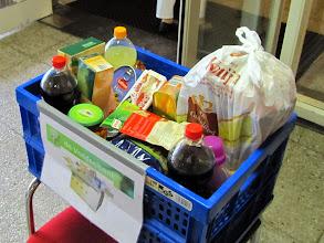 Photo: Voedselbankkist staat elke week in de hal.
