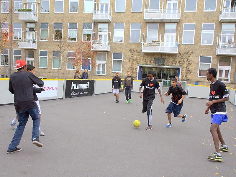 Photo: Den gamle skolegård er omdannet til streetfodbold - C Foto: Poul Reinhard