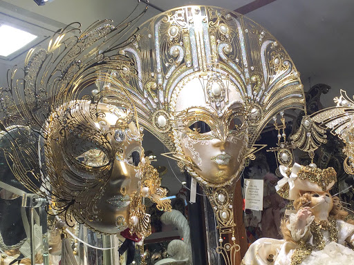 Venice-gpld-masks.jpg - Gold masks in a shop window along the Procuratie Vecchie on Piazza San Marco, Venice.