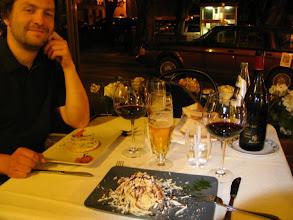 Photo: Es war zwar warm genug für eine Premiere im draußen Dinieren, aber die Eingeborenen bevorzugen noch Daune statt Kurzarm.