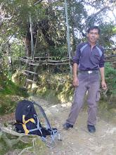 Photo: Na startu výstupu v 1800 metrech je mi ještě hej a fotím si průvodce Francise