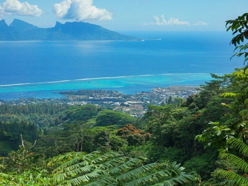 Vista das montanhas da costa noroeste do Taiti com a ilha de Moorea em segundo plano