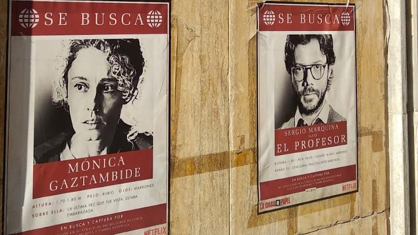 Carteles de una de las series estrella de Netflix en el centro de Almería.
