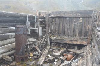 Photo: une maison de trapeur démolie par le vent (récent)