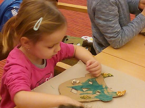 Kislány maszkot készít