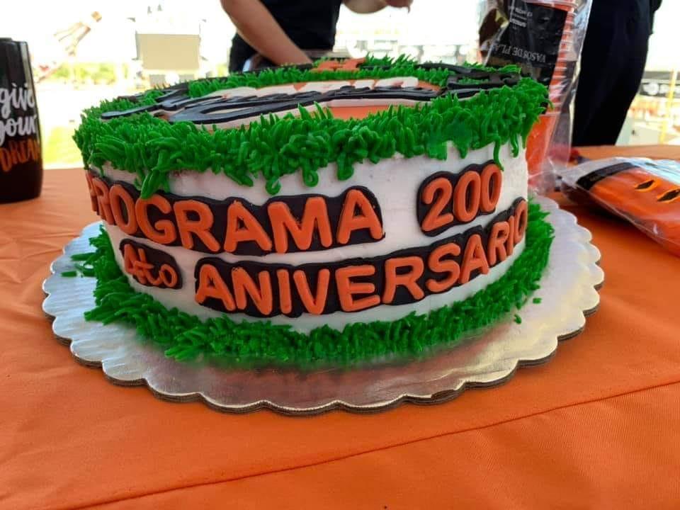 Imagen que contiene mesa, tarta, cumpleaños, interior  Descripción generada automáticamente