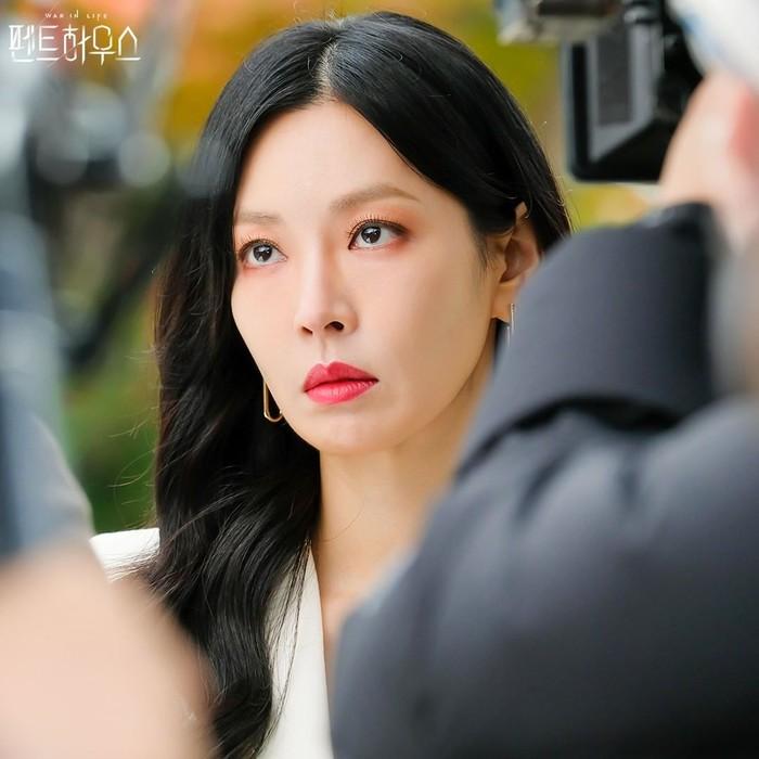 potret-elegan-dengan-lipstik-merah-ala-tokoh-cheon-seo-jin-penthouse-war-in-life-7