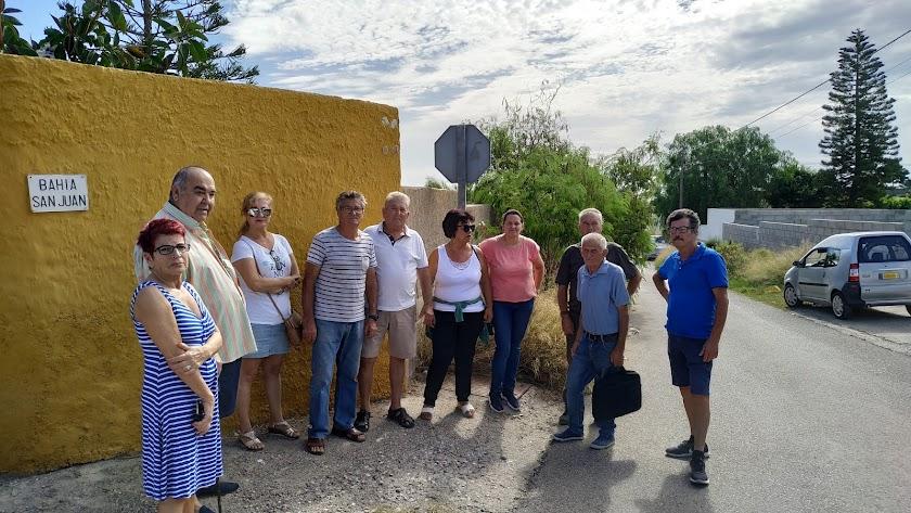Los vecinos en la calle Bahía San Juan, una de las que no se ha asfaltado