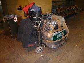 Photo: Dick gepackt mit Sachspenden, Boxen, 2 grosse Plastikhundekörbe und diverse gute Sachen in allen Taschen. Eine Claudia die vor Flug ca. 40kg wiegt bei Flug ca. 60kg ;-)