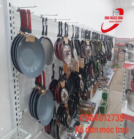 Kệ đơn móc treo có thể treo được các sản phẩm đồ gia dụng nặng
