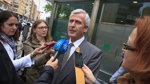 Demetrio Carmona a la salida de los juzgados de Almería