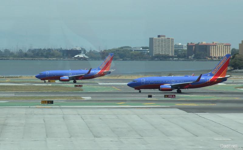 Deux avions de la Southwest Airlines au décollage à l'aéroport de San-Francisco