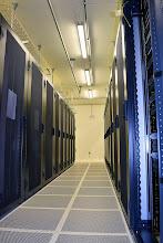 Photo: Premières rangées de baies installées #datacenter
