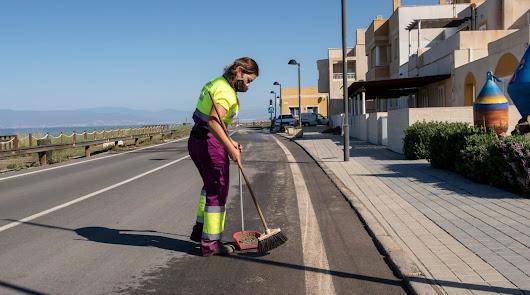 Última jornada de limpieza intensiva en el barrio de Cabo de Gata