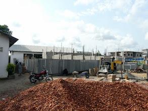 Photo: fin juin 2011, le bâtiment d'un étage devrait être fini de construire