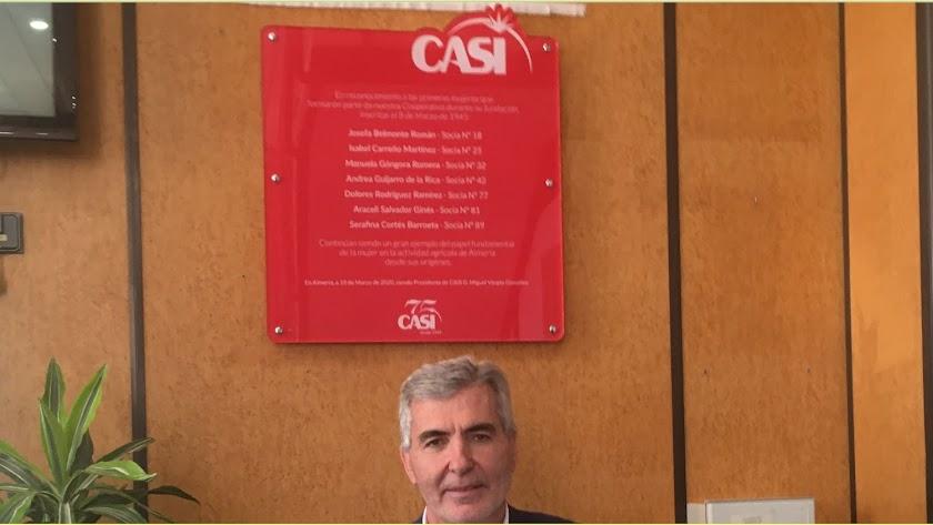 Miguel Vargas, presidente de CASI, bajo la placa.