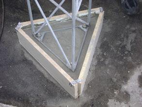 Photo: A concretagem pronta. Somente uma bucha entre a torre e a laje. Alem de ajudar na vedação, distribui o peso da torre e antenas sobre a laje e não nos parafusos