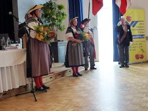 Photo: Baselbieter-Ehrendamen bei der Ansprache  des Vereinspräsidenten.