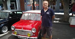 Paco Gabona, secretario general de Club Mini Cooper Almería junto a uno de los turismos de la exhibición