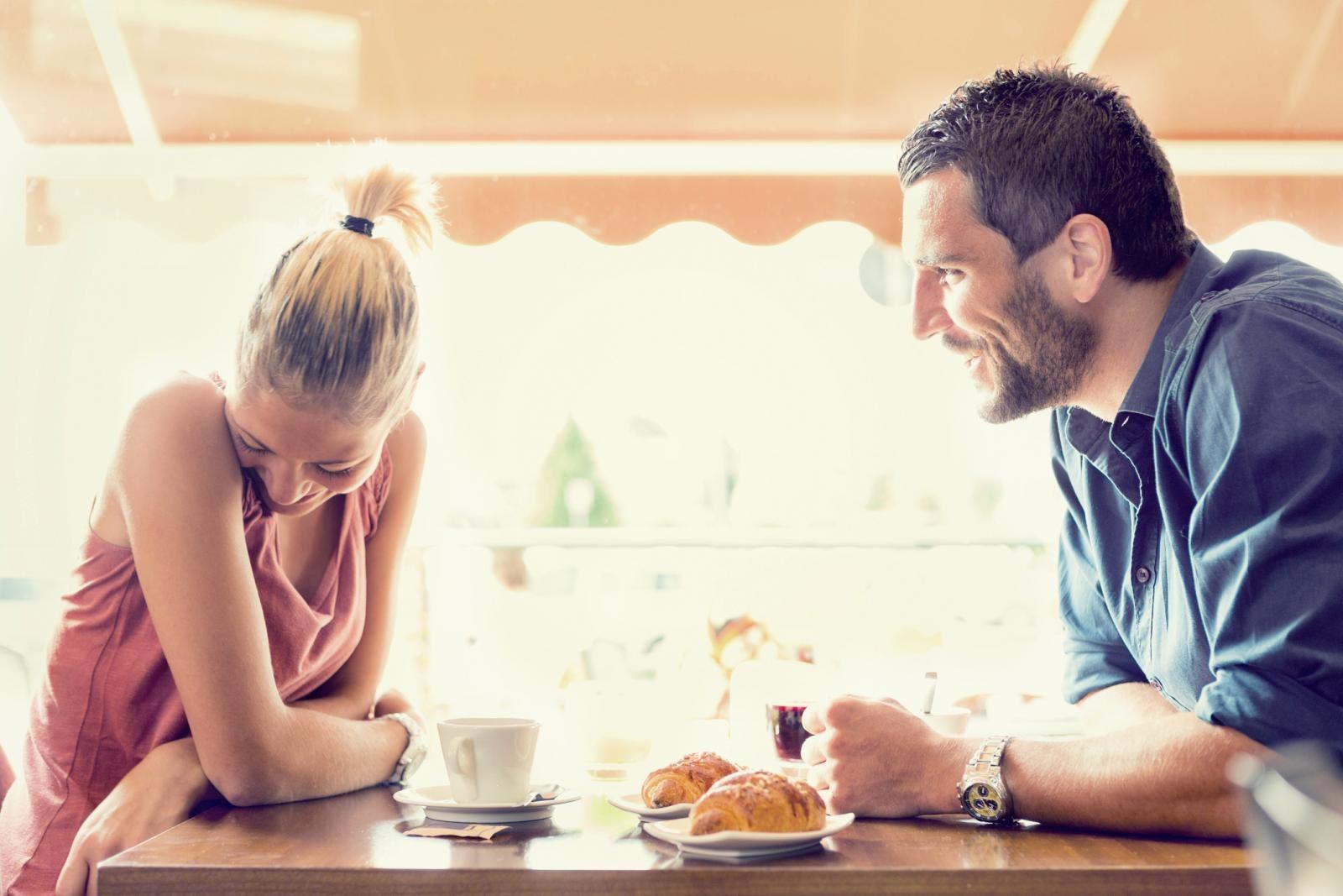 Trò chuyện tự nhiên, nói về những điều vui vẻ