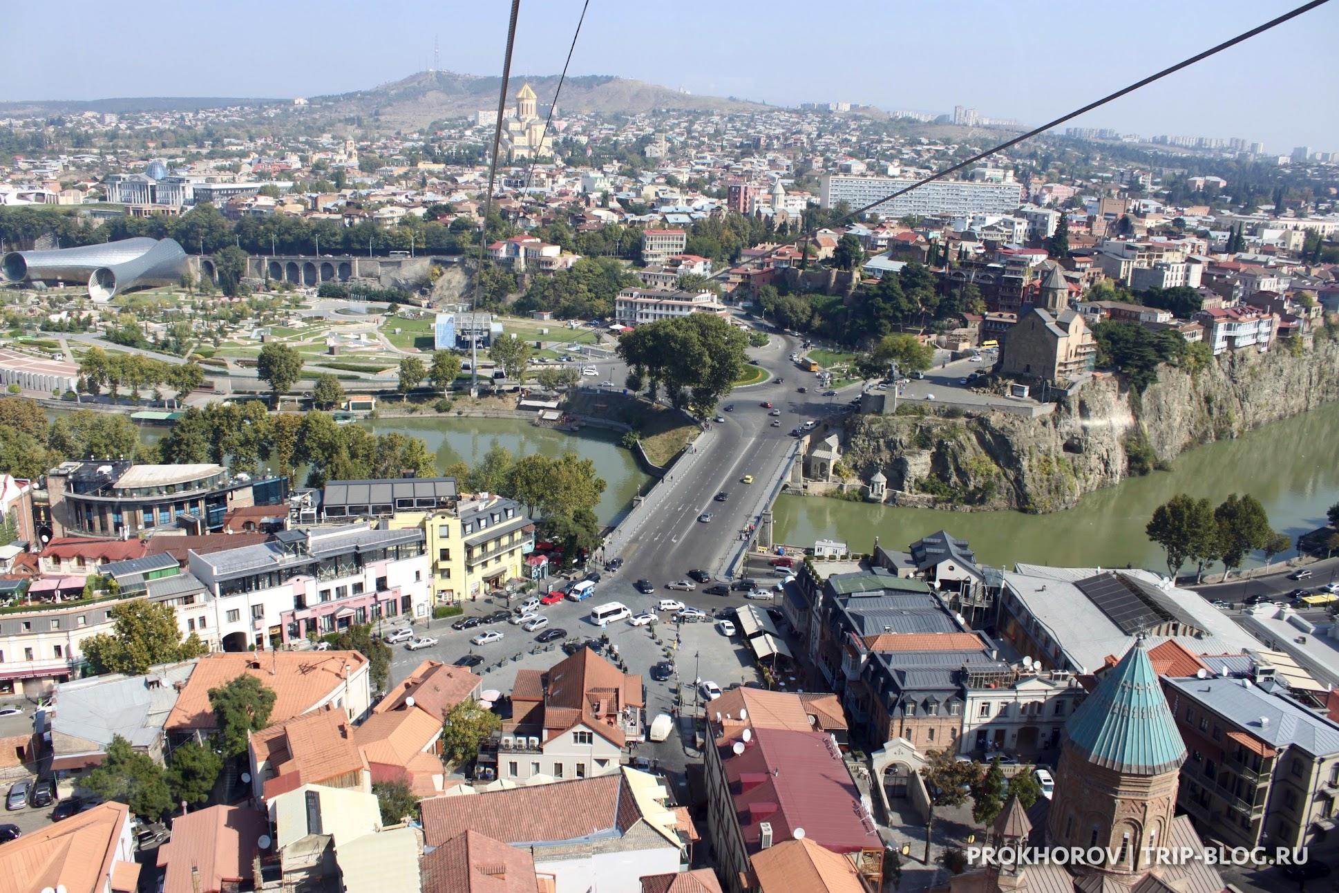 Вид с горы, где стоит крепость Нарикала