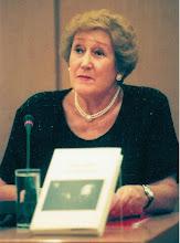 """Photo: Prof. Elsa Kastela Kreihsl mit ihrem Buch """"Oratorium von Tod und Leben"""" (Januar 2013)"""