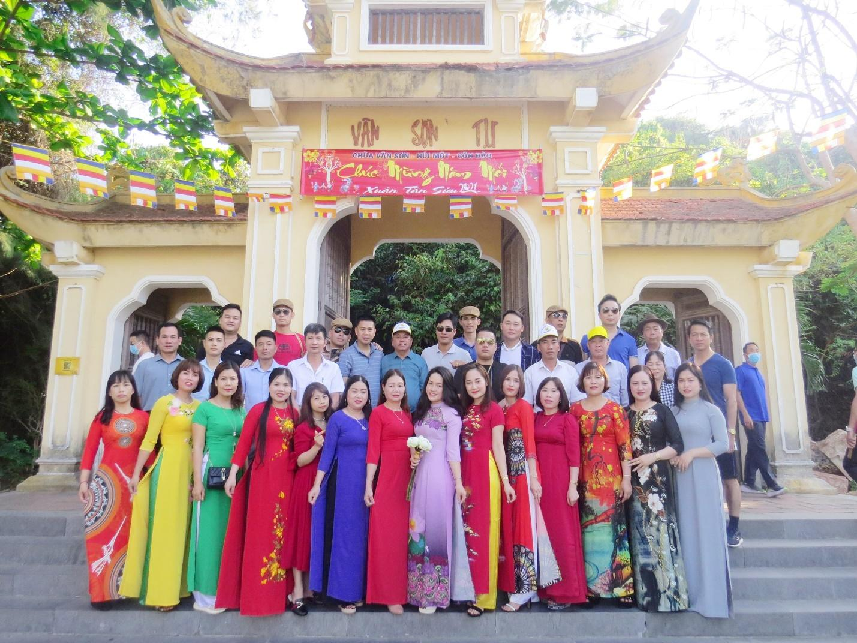 Các khách hàng đối tác tham quan Chùa Vân Sơn Tự