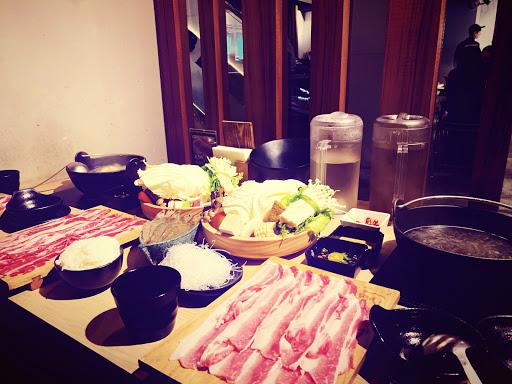 嫩肩豬+白蝦 五花牛+五花豬  肉很新鮮乾淨,煮完肉後的湯不會有浮渣 菜盤份量很多,即使不愛吃菜也能換肉  滿足感實在❤️  服務生感覺分身乏術很累(拍拍