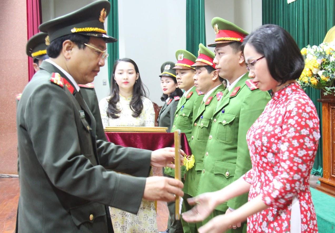 Đồng chí Đại tá Hồ Văn Tứ trao danh hiệu Công đoàn cơ sở xuất sắc cho Công đoàn Báo Công an Nghệ An