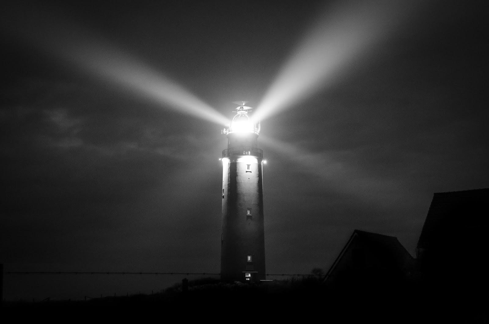 מגדלור באפילה מאיר את הדרך