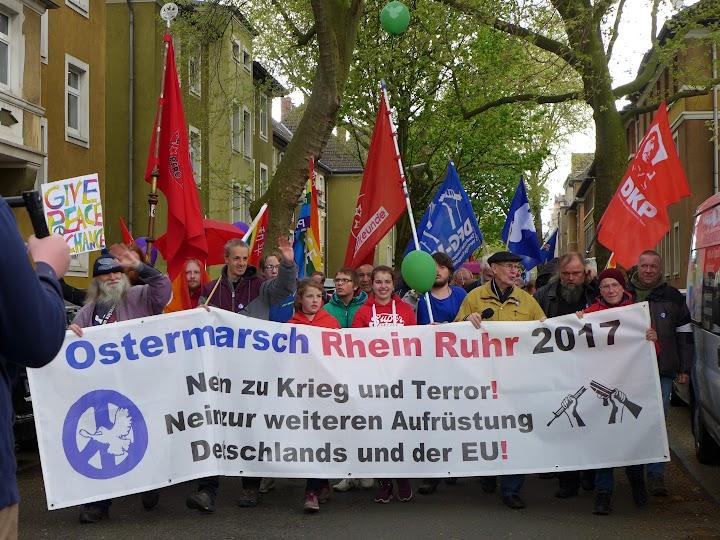 Ostermarschierende mit Plakat «... Nein zu Krieg und Terror ...».