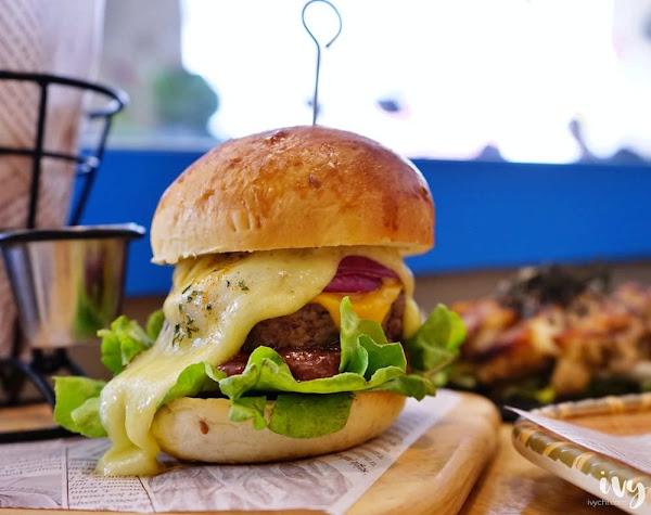 LAb EAt Burger來吧吃漢堡|台中科博館早午餐推薦,飲料無限暢飲外,一口麻辣鴨血一口漢堡的吃法,讓人欲罷不能!