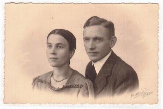 Photo: Trouwfoto van Harm Hindrik Warrink (geb. 1908) en Claudia van der Vliet (1914-2004) in 1939. Zij was de jongste zuster van mijn moeder. Het echtpaar kreeg twee zoons. Hij was drukker en uitgever van agrarische bladen in Deventer en woont thans (2007) te Amstelveen.