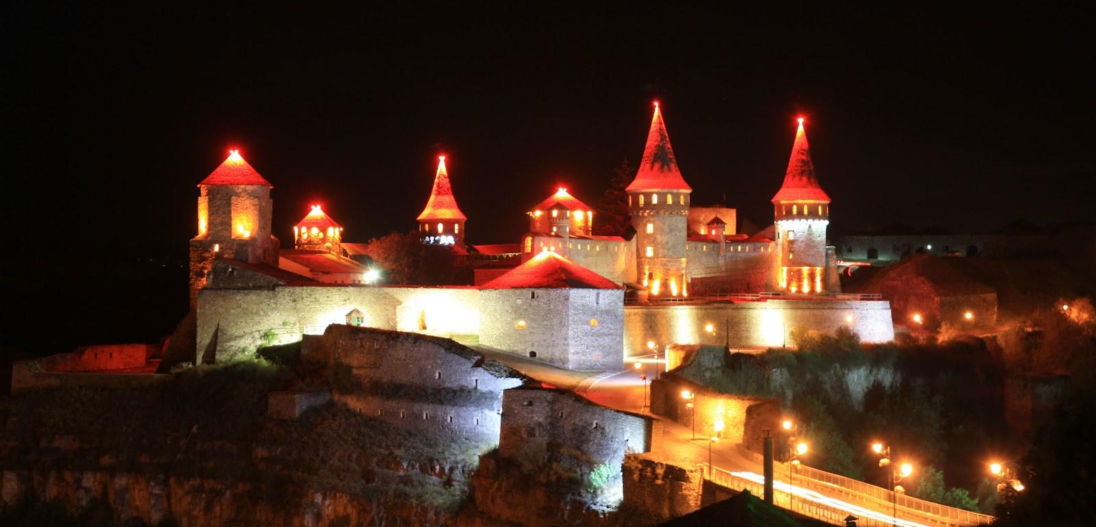 Кам'янець-Подільська фортеця вночі мов казковий замок