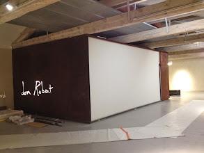 Photo: Premier espace - Installation des panneaux sérigraphiés