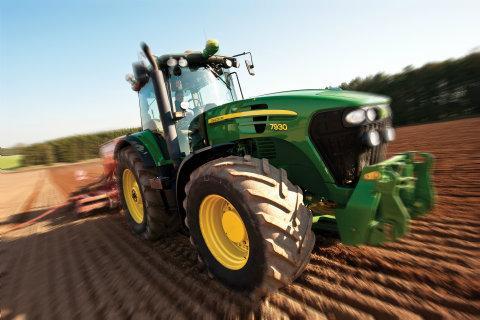 Speed tractor racing