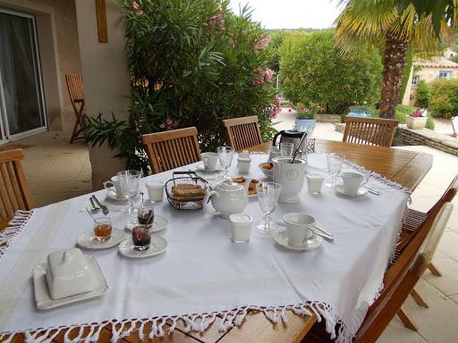 La table d'hôtes et son petit déjeuner copieux