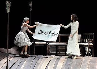 Photo: WIEN/ Burgtheater: WASSA SCHELESNOWA von Maxim Gorki. Premiere22.10.2015. Inszenierung: Andreas Kriegenburg. Alina Fritsch, Sabine Haupt. Copyright: Barbara Zeininger
