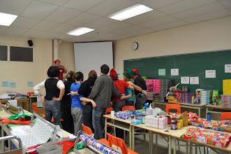 Photo: La gang d'emballeurs dédiés aux cadeaux d'enfant prend la pose.