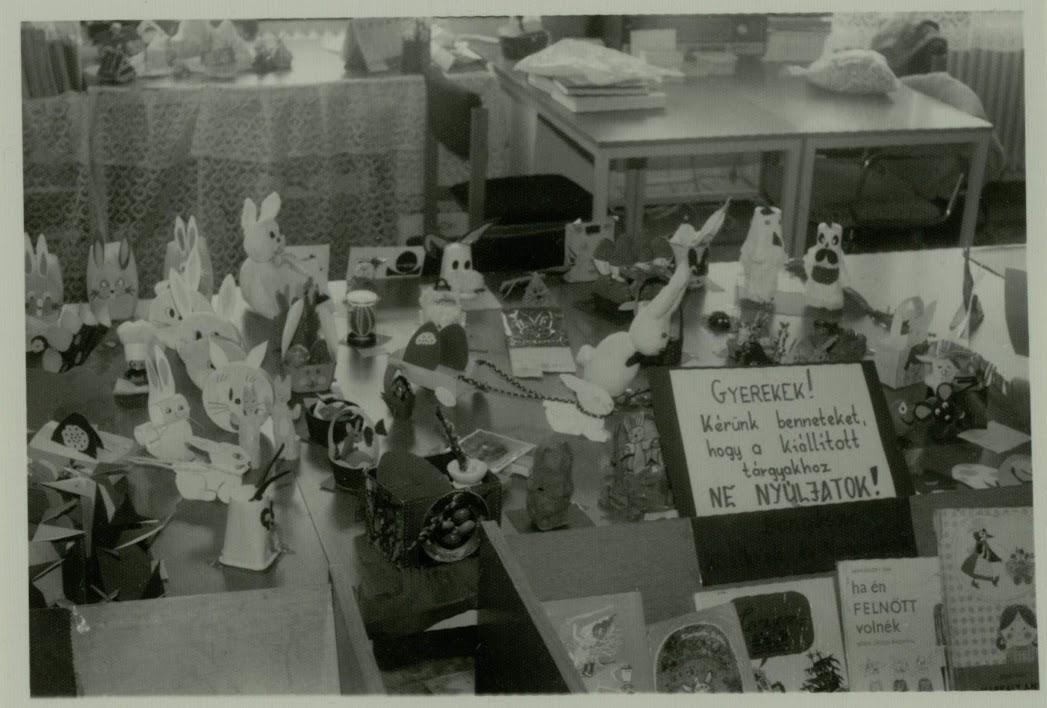 Ajándéktárgyak egy asztalon
