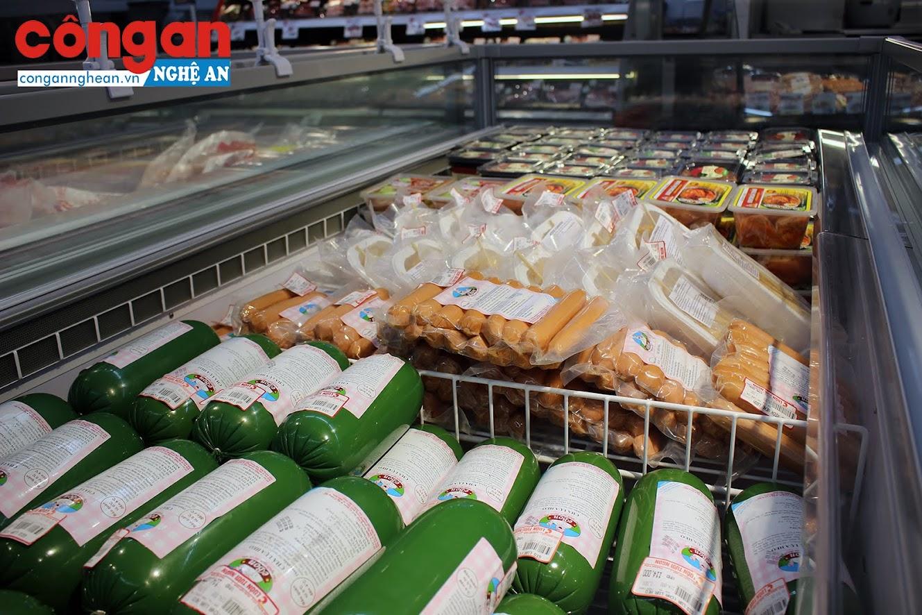 Thực phẩm chế biến sẵn như giò, xúc xích.. cũng đầy tủ. Không có hiện tượng khan hàng như đồn thổi