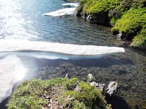 Photo: une langue de Glace s'avance vers le déversoir de l'Etang long