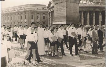 Photo: Julio 1967 La Escolanía en la Plaza de San Pedro de Roma. Veo a José Ramón Tejo (+) junto al P.Torrellas (+). Vallina, Fernando Martín, Cuervas Mons, José Antonio, Seve Trapiello, Jose Mª Cortés, Oscarín, Espinosa..... Los Padres Cura y Pedro.